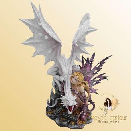 statuette de fée geante avec un dragons
