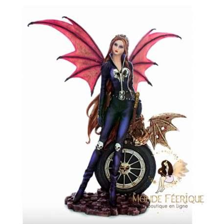 Figurine de fée avec roue de voiture
