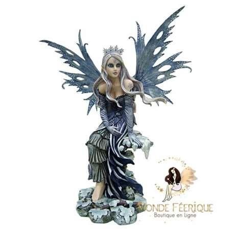 Statue de fée geante avec une couronne