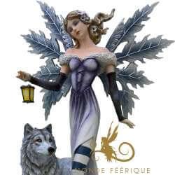 Statuette Fee Geante avec Lanterne et Loups 56cm
